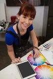 Πορτρέτο του όμορφου ταιριάζοντας με χρώματος γυναικών με swatch χρώματος Στοκ εικόνα με δικαίωμα ελεύθερης χρήσης
