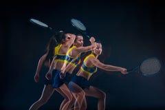 Πορτρέτο του όμορφου τενίστα κοριτσιών με μια ρακέτα στο σκοτεινό υπόβαθρο Στοκ Φωτογραφίες