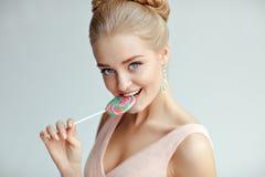 Πορτρέτο του όμορφου τρυφερού ξανθού κοριτσιού με τα μπλε μάτια σε ένα ροζ Στοκ Εικόνα