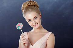 Πορτρέτο του όμορφου τρυφερού ξανθού κοριτσιού με τα μπλε μάτια σε ένα ροζ στοκ εικόνα με δικαίωμα ελεύθερης χρήσης