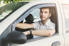 Πορτρέτο του όμορφου τύπου που οδηγεί το αυτοκίνητό του Στοκ Φωτογραφίες