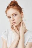 Πορτρέτο του όμορφου φυσικού redhead κοριτσιού πέρα από το άσπρο υπόβαθρο που εξετάζει staright τη κάμερα στοκ φωτογραφία