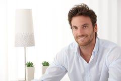 Πορτρέτο του όμορφου χαμογελώντας ατόμου στοκ φωτογραφία