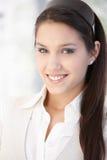 Πορτρέτο του όμορφου χαμογελώντας κοριτσιού στοκ εικόνα με δικαίωμα ελεύθερης χρήσης