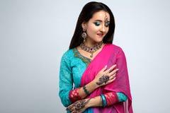 Πορτρέτο του όμορφου χαμογελώντας ινδικού κοριτσιού Νέο ινδικό πρότυπο γυναικών με το παραδοσιακό σύνολο κοσμήματος Στοκ φωτογραφία με δικαίωμα ελεύθερης χρήσης