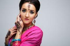 Πορτρέτο του όμορφου χαμογελώντας ινδικού κοριτσιού Νέο ινδικό πρότυπο γυναικών με το παραδοσιακό σύνολο κοσμήματος Στοκ Εικόνα