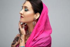 Πορτρέτο του όμορφου χαμογελώντας ινδικού κοριτσιού Νέο ινδικό πρότυπο γυναικών με το παραδοσιακό σύνολο κοσμήματος Στοκ Φωτογραφίες