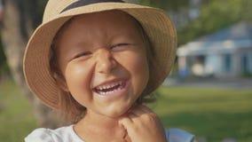Πορτρέτο του όμορφου χαριτωμένου γέλιου μικρών κοριτσιών και της εξέτασης τη κάμερα απόθεμα βίντεο