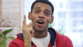 Πορτρέτο του όμορφου 'brainstorming' Gesturing ατόμων σκέψης αφροαμερικανός απόθεμα βίντεο