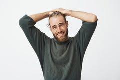Πορτρέτο του ώριμου όμορφου τύπου που προσέχει τη TV μετά από την εργασία στο σπίτι, βλέποντας την αγαπημένη απώλεια ομάδα μπάσκε στοκ φωτογραφία