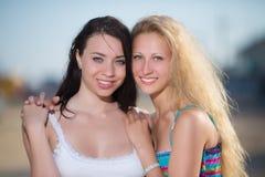 Πορτρέτο του brunette και ξανθός στοκ εικόνες