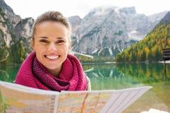Πορτρέτο του brunette χαμόγελου στο χάρτη εκμετάλλευσης Bries λιμνών στοκ φωτογραφίες με δικαίωμα ελεύθερης χρήσης