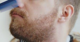 Πορτρέτο του hipster στο κατάστημα κουρέων απόθεμα βίντεο