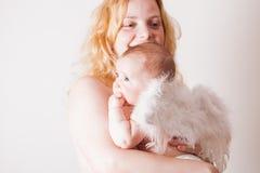 Πορτρέτο του mom με τον άγγελο μωρών της Στοκ Φωτογραφίες