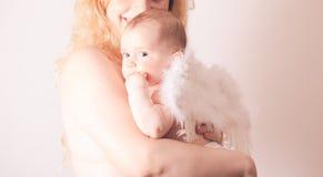 Πορτρέτο του mom με τον άγγελο μωρών της Στοκ Εικόνες