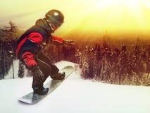 Πορτρέτο του snowboarder που κάνει το ακραίο τέχνασμα Στοκ φωτογραφίες με δικαίωμα ελεύθερης χρήσης