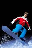 Πορτρέτο του snowboarder που πηδά τη νύχτα Στοκ Φωτογραφίες