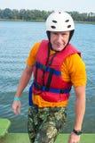Πορτρέτο του wakeboarder, το οποίο χαλαρώνει και θέτει για το γ Στοκ Εικόνες