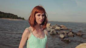 Πορτρέτο Το όμορφο προκλητικό νέο κορίτσι περπατά κατά μήκος της παραλίας με μια καλή διάθεση απόθεμα βίντεο
