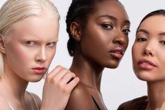 Πορτρέτο τριών θηλυκών με τη διαφορετική χροιά που αισθάνονται βέβαιων στοκ εικόνες