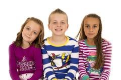 Πορτρέτο τριών παιδιών που φορούν τις ζωηρόχρωμες χειμερινές πυτζάμες στοκ εικόνες με δικαίωμα ελεύθερης χρήσης