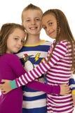 Πορτρέτο τριών χαριτωμένων παιδιών που φορούν τις πυτζάμες Χριστουγέννων στοκ εικόνες