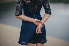 Πορτρέτο τρόπου ζωής ενός brunette γυναικών στο υπόβαθρο της λίμνης στην άμμο μια νεφελώδη ημέρα Ρομαντικός, ευγενής, μυστικός στοκ φωτογραφία