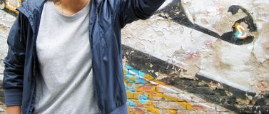 Πορτρέτο τρόπου ζωής του νεαρού ατόμου στο ζωηρόχρωμο αστικό κλίμα τουβλότοιχος Στοκ εικόνες με δικαίωμα ελεύθερης χρήσης