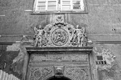 Πορτρέτο των αγοριών επάνω από την πόρτα στοκ εικόνα με δικαίωμα ελεύθερης χρήσης