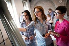 Πορτρέτο των αρχιτεκτόνων που συζητούν και που σύρουν εν πλω Στοκ φωτογραφίες με δικαίωμα ελεύθερης χρήσης