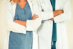 Πορτρέτο των βέβαιων γιατρών με τα όπλα που διασχίζονται στοκ εικόνα