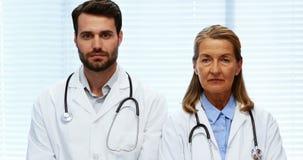 Πορτρέτο των γιατρών που στέκονται με τα όπλα που διασχίζονται απόθεμα βίντεο