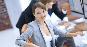 Πορτρέτο των επιτυχών επιχειρησιακών γυναικών στον εργασιακό χώρο Στοκ Εικόνες
