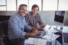 Πορτρέτο των επιχειρηματιών που εργάζονται στο δημιουργικό γραφείο Στοκ Φωτογραφία