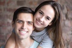 Πορτρέτο των ερωτευμένων, χαμογελώντας νέων ζευγών στοκ εικόνες