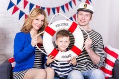 Πορτρέτο των ευτυχών γονέων και λίγου γιου στο ομοιόμορφο sitt ναυτικών Στοκ φωτογραφία με δικαίωμα ελεύθερης χρήσης