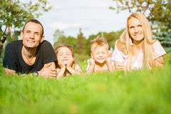 Πορτρέτο των ευτυχών γονέων με τα παιδιά που βρίσκεται στο πάρκο στοκ εικόνες