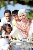 Πορτρέτο των ευτυχών μουσουλμανικών οικογενειακών οδηγώντας ποδηλάτων από κοινού Στοκ εικόνα με δικαίωμα ελεύθερης χρήσης