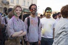 Πορτρέτο των ευτυχών παιδιών, αγόρια και κορίτσια, με τα πρόσωπα που λερώνονται με τη χρωματισμένη σκόνη Στοκ Εικόνα