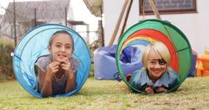 Πορτρέτο των ευτυχών παιδιών στη σήραγγα σκηνών 4k φιλμ μικρού μήκους