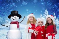 Πορτρέτο των ευτυχών παιδιών που κρατούν τα δώρα Χριστουγέννων Στοκ Φωτογραφία