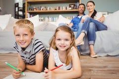 Πορτρέτο των ευτυχών παιδιών που χρωματίζουν στο βιβλίο Στοκ εικόνα με δικαίωμα ελεύθερης χρήσης