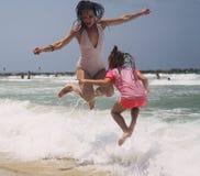 Πορτρέτο των ευτυχών πραγματικών όμορφων νέων κοριτσιών στοκ φωτογραφίες