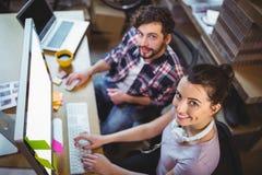 Πορτρέτο των ευτυχών συναδέλφων που εργάζονται στο γραφείο υπολογιστών Στοκ Εικόνα