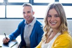 Πορτρέτο των ευτυχών συναδέλφων στην αρχή στοκ εικόνες με δικαίωμα ελεύθερης χρήσης