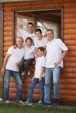 Πορτρέτο των ευτυχών όμορφων ατόμων στο υπόβαθρο του ξύλινου σπιτιού στοκ φωτογραφία με δικαίωμα ελεύθερης χρήσης