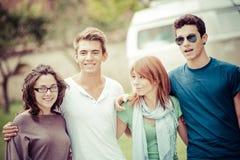 Πορτρέτο των ευτυχών teens στο πάρκο στο καλοκαίρι Στοκ Φωτογραφία