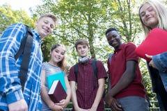 Πορτρέτο των εφηβικών σπουδαστών έξω από το σχολικό κτίριο Στοκ εικόνα με δικαίωμα ελεύθερης χρήσης
