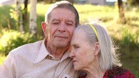 Πορτρέτο των ηλικιωμένων παππούδων και γιαγιάδων σε ένα ηλιόλουστο πάρκο απόθεμα βίντεο