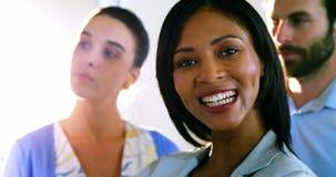 Πορτρέτο των θηλυκών ανώτατων στελεχών επιχείρησης που χαμογελούν στη κάμερα φιλμ μικρού μήκους